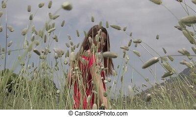 lent, main, marche, champ, blé, oreilles, jeune, heureusement, girl, vert, par, toucher, mouvement