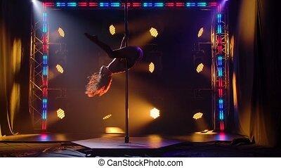 lent, noir, corps, silhouette, poteau, dessus, athlétique, light., coloré, bas, studio., sombre, svelte, fitness., fond, aérobic, danseur, éléments, rotations, autour de, motion.