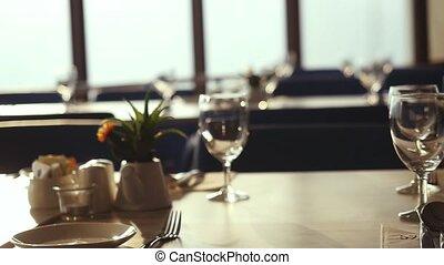 lent, restaurant, chaises, revue, motion., coutellerie, mariage, pendant, décoré, célébration, salle, table, sunset.