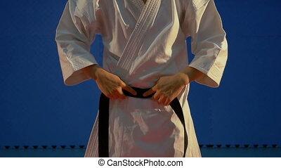 lent, sien, haut, karaté, kimono, mettre, mains, fin, noir, blanc, homme, mouvement, ceinture