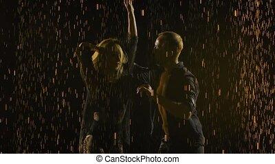 lent, silhouettes, partenaires, motion., enfumé, haut., en mouvement, professionnel, fin, studio., sombre, vêtements, salsa danser, éléments, danseurs, exécuter, pluie, noir