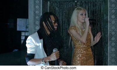 lent, singing., mouvement, femme américaine, africaine, duo, blond, homme