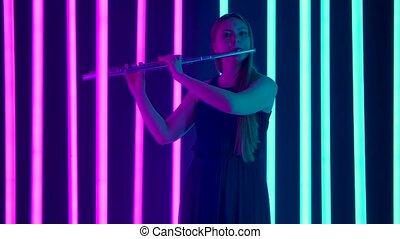 lent, toile de fond, femme, flute., exécuté, clair, femme, concert, souffler, flûte, symphonie, professionnel, mélodie, motion., néon, contre, charmer, player., musique, classique, silhouette, lights.