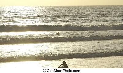 lent, vague, mouvement, attente, océan coucher soleil, surfeur