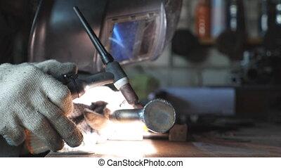 lent, welds, utilisation, garage, masque, parts., travail, métal, haut, indoor., eclats, mouvement, équipement, protecteur, workshop., professionnel, fin, soudeur, ou, soudure, homme