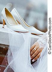 les, met, chaussures, barrière, pendre, mariée, elle, mariage, talons, blanc, avant, ceremony.