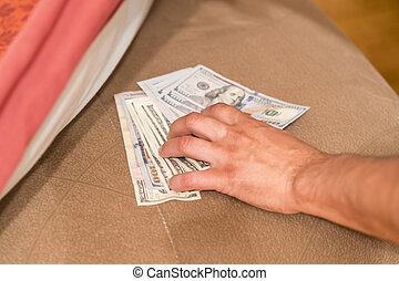 les, peau, prend, argent, sous, lit, homme, mattress., peaux, mains, pillow., main, homme