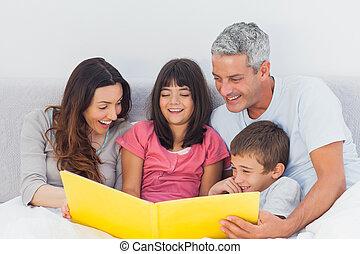 leur, album, regarder, photographie, lit, ensemble, famille