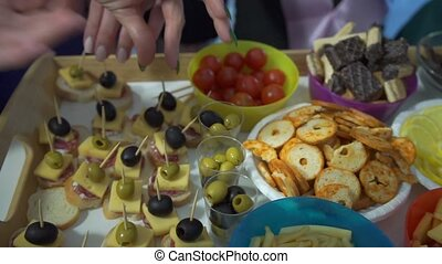 leur, buffet, doigts, prendre, filles, table, mensonges, nourriture, fête