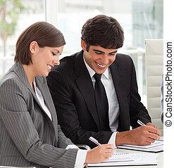 leur, rapport, ventes s'associent, sourire, deux, étudier, collègues