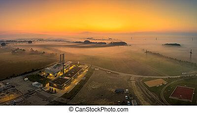 levers de soleil, tôt, champ, aérien, brouillard, sur, sunrise., suivant, secteur, clair, posé couches, matin, factory., lac, vue, brumeux, industriel