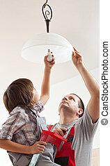 lightbulb, garçon, plafond, visser, -, père, portion, lampe, monture