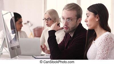 ligne, employé, discuter, projet, sérieux, mâle, colleague.