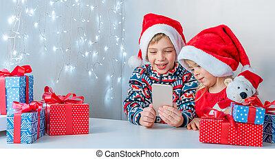 ligne, téléphone., soeur, greetings., santa, noël chapeaux, sourire, frère, conversation