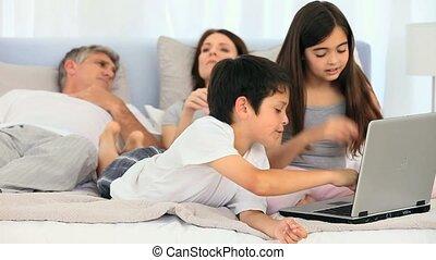 lit, ordinateur portable, famille