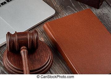 livre, ordinateur portable, marteau, table, bois, avocat, bureau