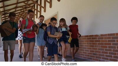 livres, groupe, gosses, école, couloir, marche