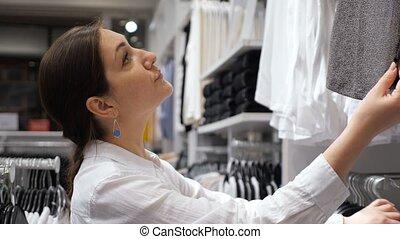 long-sleeved, femme, chemise, brunette, blanc, examine, magasin vêtements