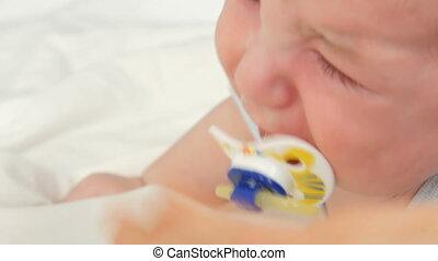 loudly, mouth., haut, dorlotez enfant, tétines, vue, deux, vieux, nouveau né, fin, mois, cris, figure