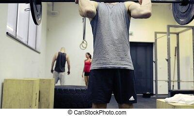 lourd, gymnase, jeune, musculaire, barre disques, levage, homme
