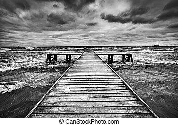 lourd, nuages, bois, ciel, jetée, dramatique, sea., orage, pendant, vieux, sombre