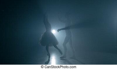 love., scène, professionnel, projection, exécuté, sensuelles, fumée, classique, 4k, sombre, pratiquer, choreographers, silhouette, couple, danseurs, ballet, art.