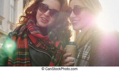 lunettes soleil, amis, prendre, deux, jeune, selfies, rue., adorable