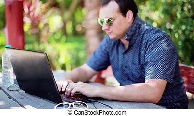 lunettes soleil, fonctionnement, lumières, bois, ordinateur portable, brouillé, eau, arrière-plan., bokeh, bouteille, sérieux, homme affaires, assied, table, 1920x1080