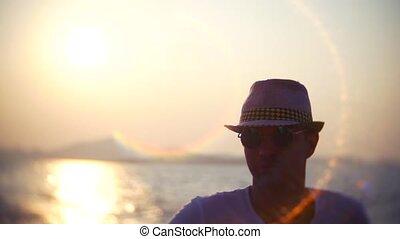 lunettes soleil, jeune, voyager, homme, bateau chapeau, sunset.