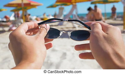 lunettes soleil, mettre, first-person, vue, plage, homme