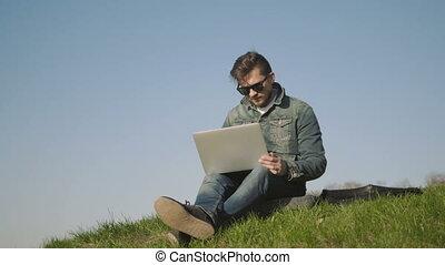 lunettes soleil, séance, ordinateur portable, parc, jeune, dehors, utilisation, herbe, homme