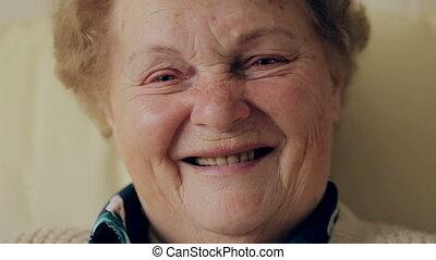 lunettes, vieux, appareil-photo., regarder, portrait femme, personne agee, sourire heureux