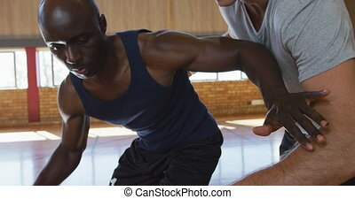 mâle, caucasien, basket-ball, dribble, entraîneur, joueur, pratiquez boule