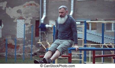 mâle, exécuter, personnes agées, traction, augmente, barbu, homme aîné, musculaire, horizontal, exercer bras, dehors, exercice, traction, barre, fort