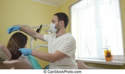 mâle, patient, met, dentaire, dentiste, examiner, cloth., femme, clinique, prépare, stérile, poitrine