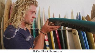 mâle, planche surf, une, sien, caucasien, fabricant, studio, vérification, planches surf