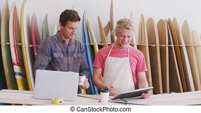 mâle, projets, fabricants, planche surf, caucasien, informatique, ordinateur portable, utilisation, deux, fonctionnement