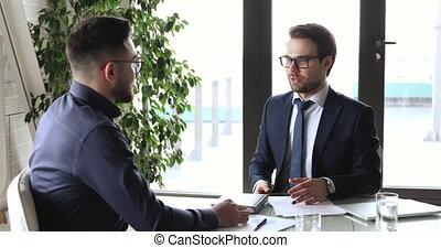 mâle, réunion, caucasien, homme affaires, arabe, associé, poignée main, confiant