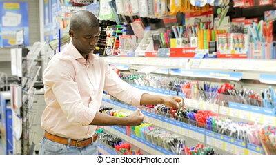 mâle, stylo, papeterie, différent, magasin, choisir, client