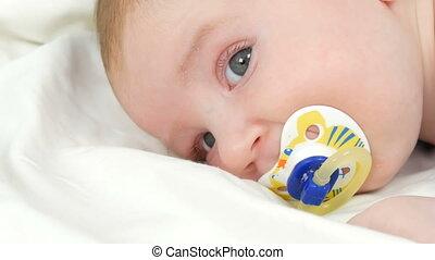 mère, bébé, haut, doucement, séance, vue, bras, bed., fin, elle, nouveau né, touchers, enfant, quoique, berceaux, figure