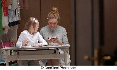mère, devoirs, fille, heureux