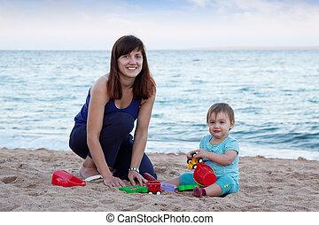 mère, enfantqui commence à marcher, heureux