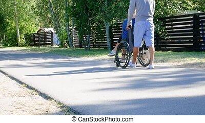 mère, fauteuil roulant, famille, marche homme, là, parc, leisure., jeune, handicapé
