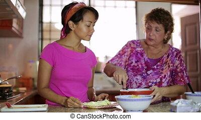 mère, fille, repas, ensemble, préparer