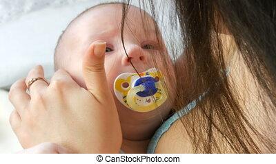 mère, jeune, séance bébé, bed., fin, elle, quoique, figure, haut, bras, berceaux, chevelu, doucement, vue, nouveau né, touchers, enfant, beau