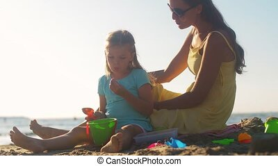 mère, jouets, jouer, plage, fille