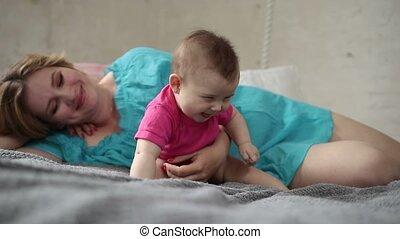 mère, lit, nouveau né, enfant, agréable, jouer