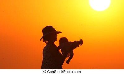 mère, pendant, parenting, gai, père, sunset., arrière-plan., jeux, gosse, vacances, child., plage, heureux, coucher soleil, concept., fond, été, mains, résumé, fille
