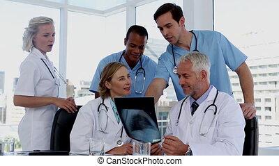 médecins, groupe, examiner, rayon x