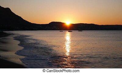 méditerranéen, trois, mer, bateaux, plage, levers de soleil